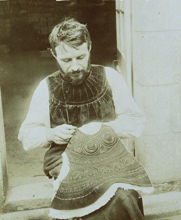 Paul Geniaux (1873-1930): Le brodeur Pichavant à Pont-l'Abbé, vers 1900 © Musée de Bretagne, Rennes