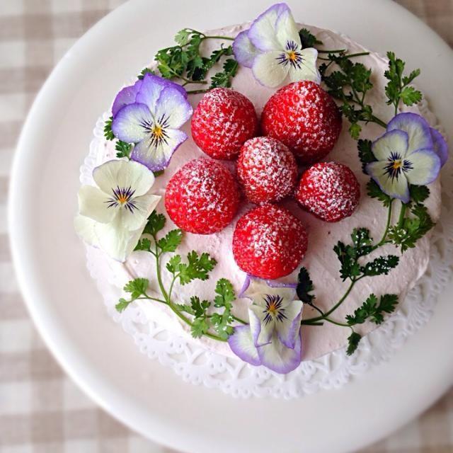 主人のバースデーケーキ☆ 生クリームに苺ピューレを混ぜ込んで苺クリームに。 中には苺をサンド。 デコレーションは、苺とエディブルフラワーを(*^^*) 春らしいケーキが出来ました♡ - 295件のもぐもぐ - 苺とお花のバースデーケーキ by Donmama