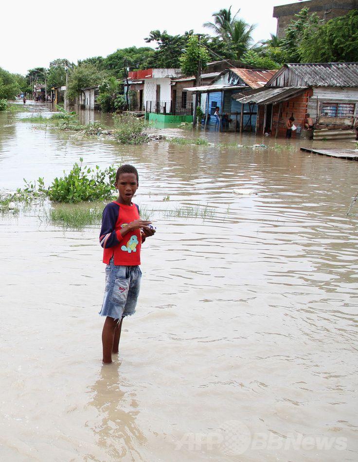 南米コロンビアのカルタヘナ(Cartagena)で、豪雨で冠水した道路にたたずむ少年(2011年10月20日撮影、資料写真)。(c)AFP ▼26Jun2014AFP|エルニーニョ、年内にも発生 世界気象機関 http://www.afpbb.com/articles/-/3018926 #Cartagena