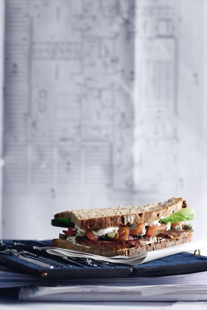 Σάντουιτς με καπνιστό σολομό, αγγούρι και φρέσκια μυζήθρα