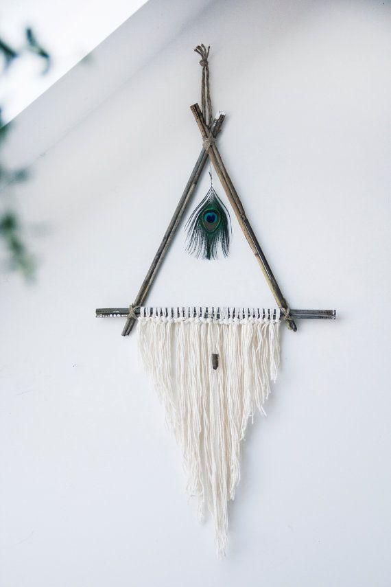 Een Dromenvanger-achtige muur opknoping gemaakt met natuurlijke riet, katoenen touw en garen. Een prachtige Pauw veer hangt in het midden, en eronder, een Rookkwarts kristallen om te helpen brengen centreren en aarding van energie aan uw space. Hoeken van een driehoek zijn verfraaid met handgeschilderde en hout-verbrand gestippelde detail.  Het perfecte stuk om natuurlijke schoonheid in elke kamer.  Afmetingen: 17,5 inch x 36 inch, vanaf bovenkant van hanger naar beneden van de langste…