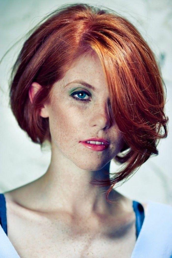 coupe carré asymétrique, cheveux rousses, peau pâle et yeux bleus