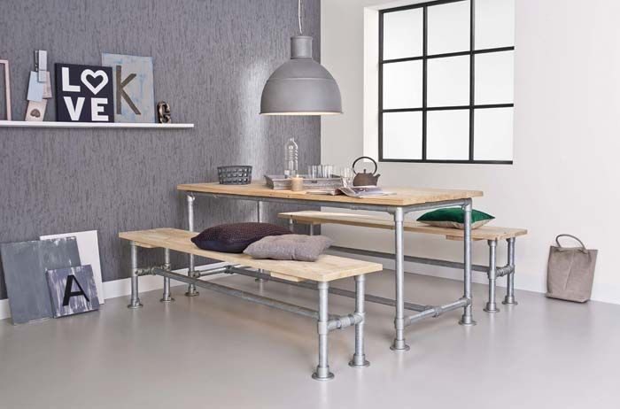 KARWEI | Grijs behang combineert mooi met het stoere hout en het aluminium van de tafel en banken #wooninspiratie #behang #karwei