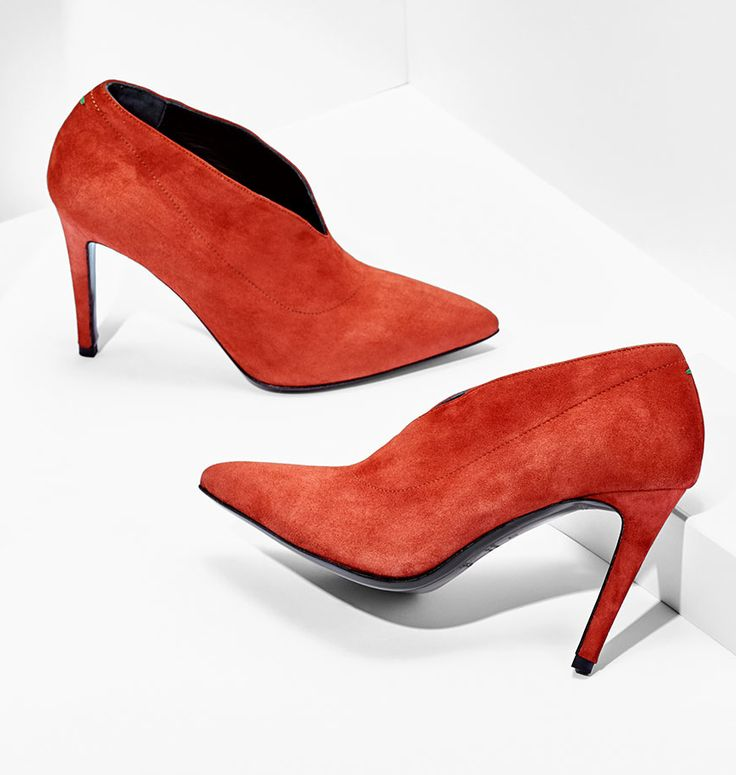 ¡Hola, Nola! This fresh pump silhouette comes in fine Italian suede leather and a killer 90 mm heel. With its pointed tip, high cut cleavage, and warm brick shade, it's just what you need for all things fall and fabulous.