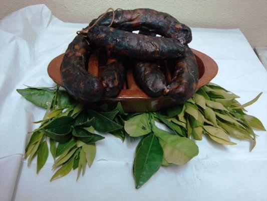 Chouriço Mouro (Portalegre): Carne de porco, sal, alho, pimentão, cominhos e vinho branco. Utiliza a Indicação Geográfica Protegida. #Portugal