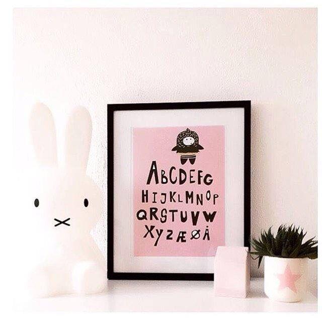 Børneværelser bliver lidt mere sejt med lækre plakater fra Lebenværk. Majken bag Lebenværk bliver inspireret af sine døtre og tidens trend. ❤️☀️ #Lebenværk #Plakater #Posters #Kunst #Art #Cool