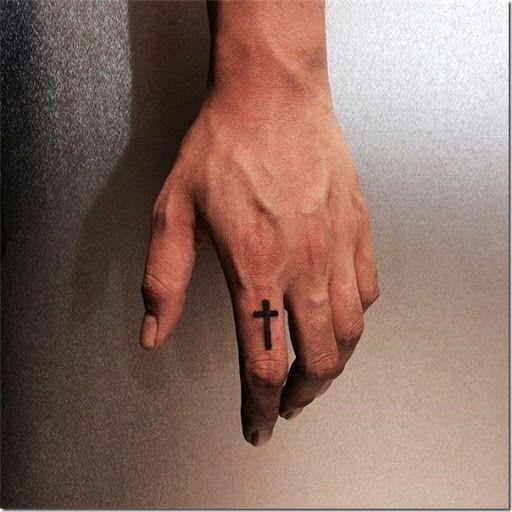 Tatuaje de cruz en blanco y negro en el dedo