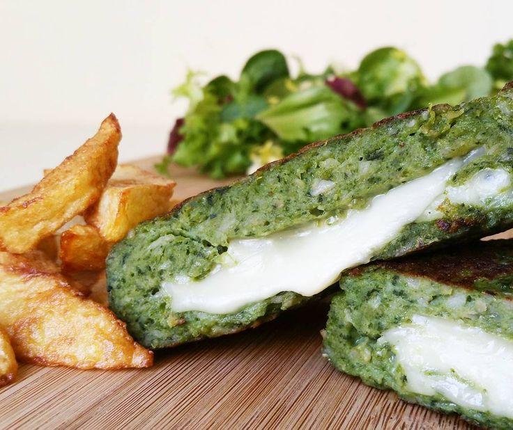 Estas hamburguesas de pollo y espinacas rellenas de queso (o hamburguesas verdes de Hulk como dicen mis peques), son una cena obligatoria varias veces en semana, a ellos les encanta y es una forma muy sencilla de que coman espinacas. Hoy las hemos acompañado de ensalada y patatas en el horno. Ingredientes: -1 Pechuga de …