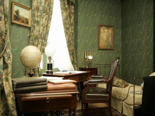 Nel 1872 Verne si trasferì ad Amiens, città nata della moglie. Ad Amiens oltre che diventare membro e poi direttore dell' Académie des Sciences, des Lettres et des Arts fece anche vita brillante.