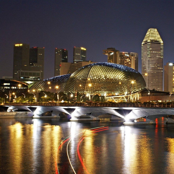Esplanade – Theatres on the Bay is a waterside building located on six hectares of waterfront land alongside Marina Bay near the mouth of the Singapore River, purpose-built to be the centre for performing arts for the island nation of Singapore. MRT: Esplanade