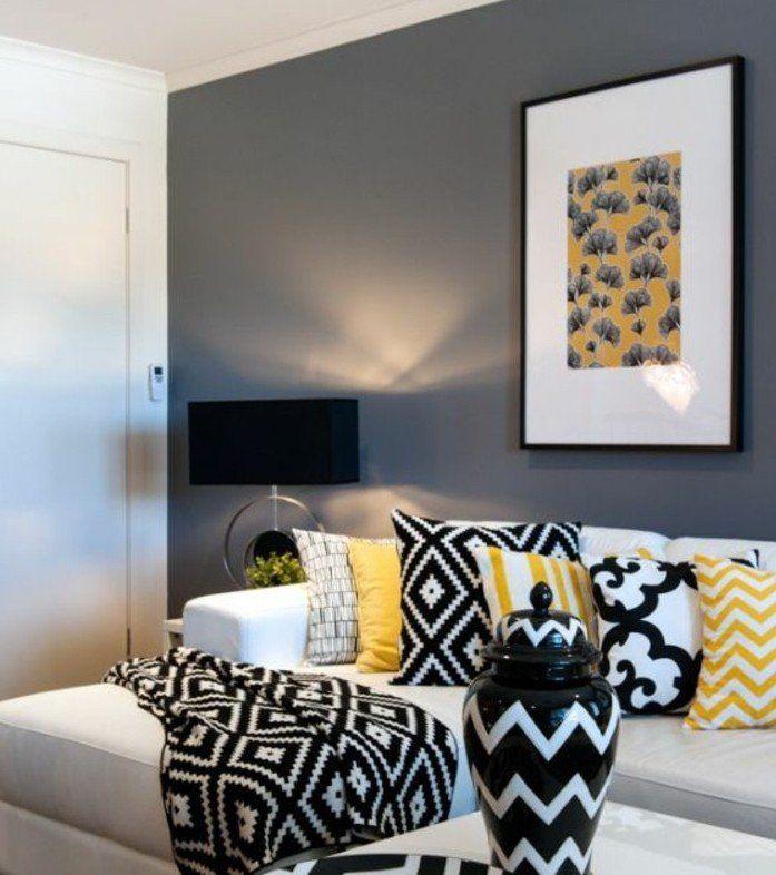 formidable deco salon gris, peinture grise sur les murs, canapé blanc, éléments deco en noir et jaune