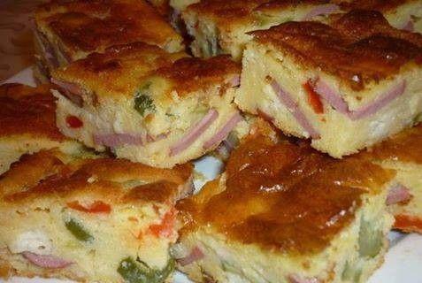 Snídaňová slaná,, buchta,, se šunkou, nakládanou okurkou, kápii, sýrem a vajíčky.