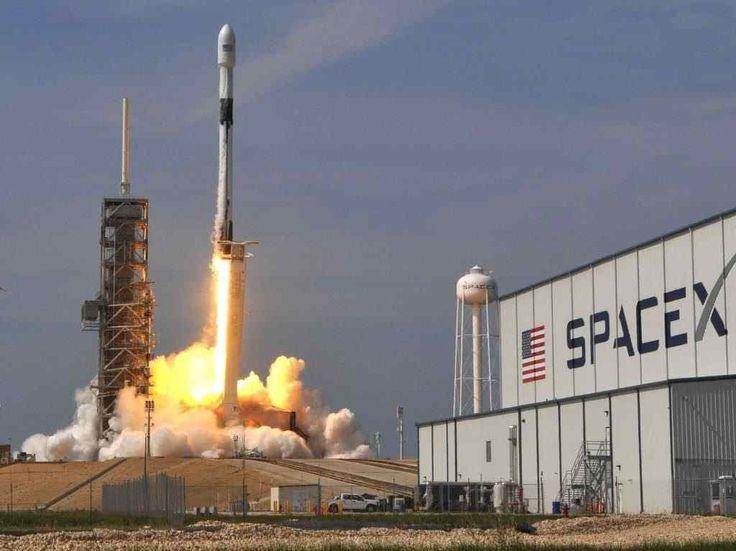 SpaceX lanzó un simulador online que te permitirá ponerte al mando del Crew Dragon, la nave que fue enviada a la Estación Espacial. Nasa Spacex, How To Speak Japanese, Great Philosophers, Lost In Space, Elon Musk, Space Shuttle, Deep Space, Hurley, Billionaire