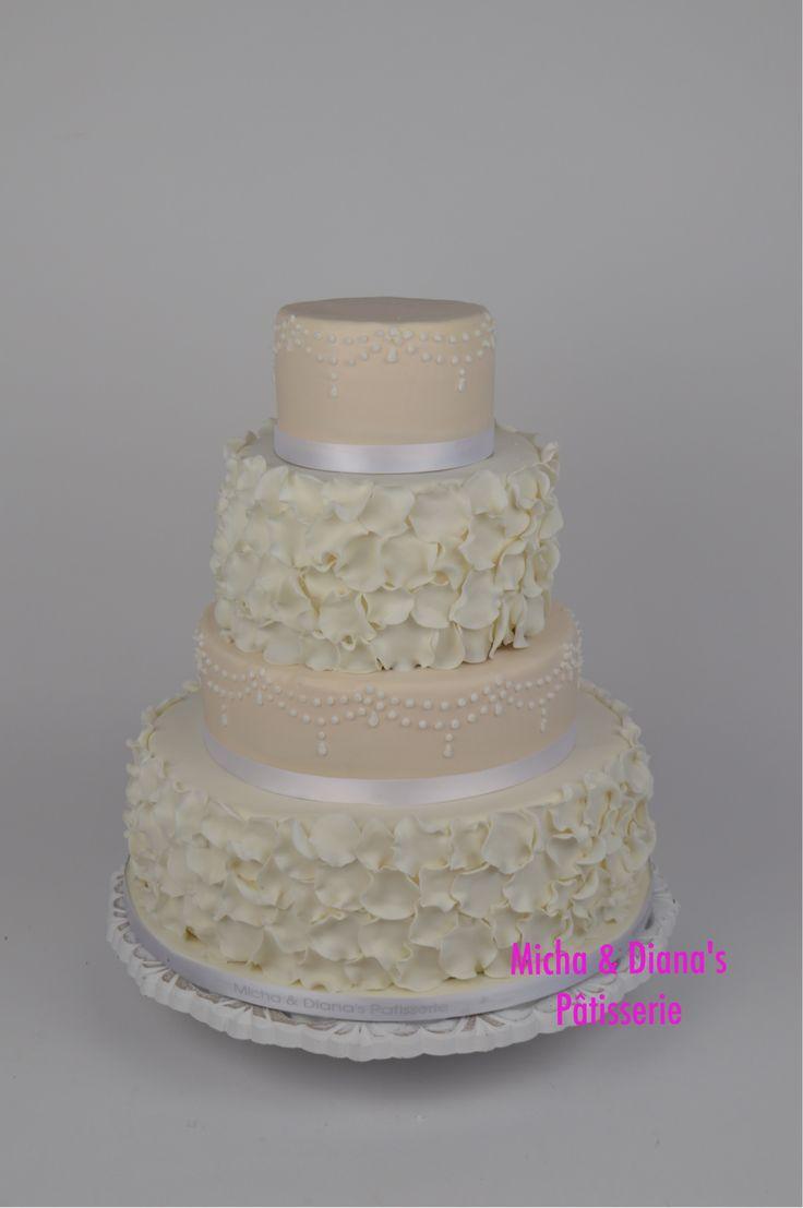 Bruidstaart met twee kleuren en verschillende hoogtes.