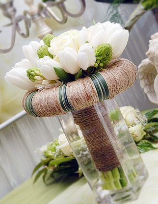 Incoronarea: concept alb din lalele , trandafiri , ornithogalum , zambile  contrasteaza minunat intr-o coronita de iarba si sfoara de canepa.