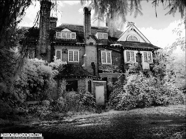 Abandoned spooky house in the woods    We Were told that this house has been empty for over 30 years ,storys  of dark things going on here :(