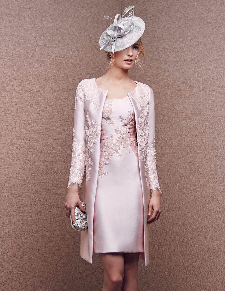 Para acompañar el vestido corto, nada como un abrigo en tejido satinado