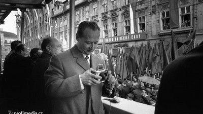 Alexander Dubcek maakt enkele foto's tijdens een communistische volksoptocht waar hij zelf toegejuicht wordt  (hij was op dat moment staatshoofd).