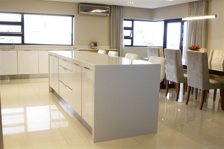 Centre Island in a beautiful kitchen in Baronetcy with High Gloss PET #SCD #KItchen www.supdoor.com