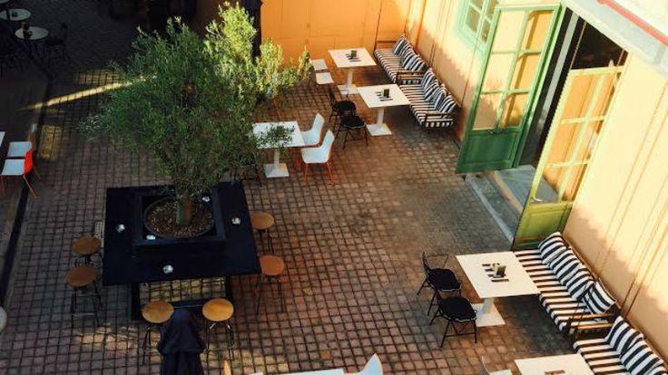 Εντυπώσεις από τον ολοκαίνουργιο χώρο του Μοναστηρακίου που προτείνει καφέ, ποτό (και με after διάθεση), φαγητό με street food αποχρώσεις και ετοιμάζει τα πρώτα του live.