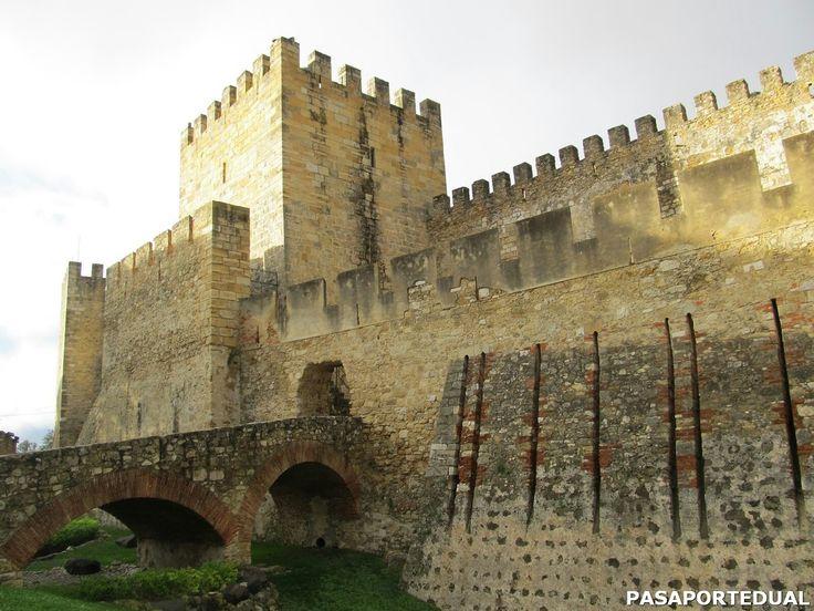El Castelo Sao Jorge es una construcción morisca posicionada en la cima de una colina en el barrio de Alfama en Lisboa. Su construcción data del siglo XII