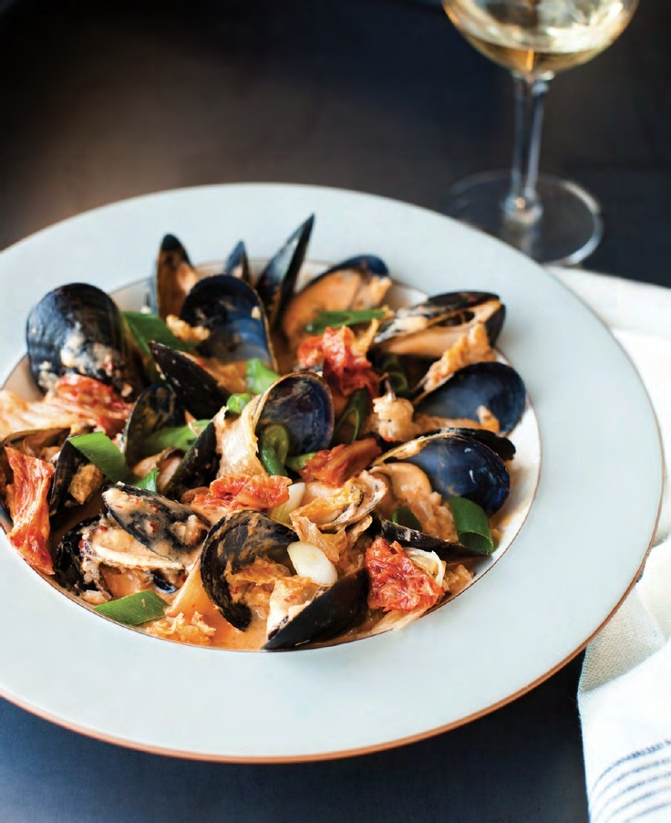how to eat mussels at restaurant