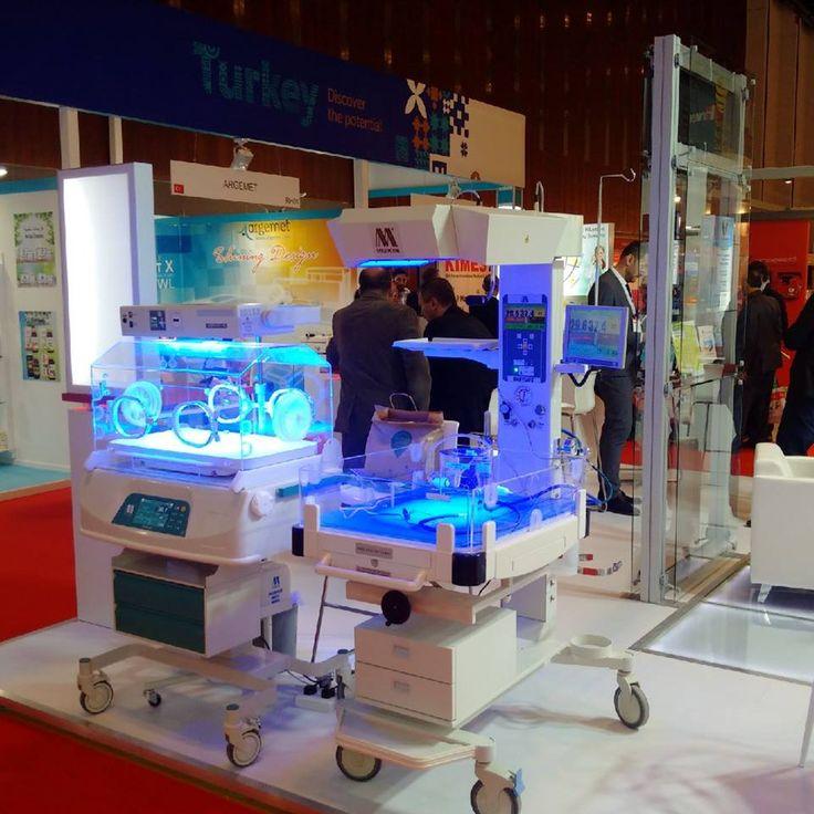 A MEDICOR Zrt. a tavaly novemberi düsseldorfi és a decemberi moszkvai kiállítások sikere után, most Dubaiban mutatja be legújabb – az újszülöttek, koraszülöttek életesélyeit segítő - intenzív inkubátorát, mellette nyitott inkubátorát és kékfénylámpáját.