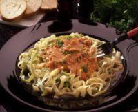 Rens og skjær soppen i skiver. Stek den i smør til den er lyst gyllen. Rør inn cottage cheese og tomater med laken. La sausen koke i 10-15 minutter, rør ofte så...