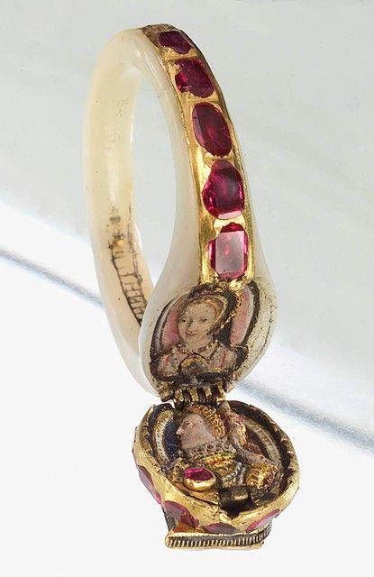 Anillo de la reina Elizabeth I. Oro, madreperla, rubíes y esmalte, c.1560. Según la tradición este anillo fue dedicado a James I (Jacobo VI de Escocia) como evidencia de la muerte de la reina y dado por él al primer conde de Home en 1603.