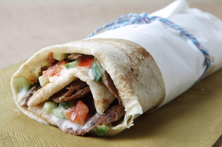 Felipe Rau/Estadão - Shawarma é a forma de preparo de vários tipos de carne no espeto giratório e fatiada para rechear sanduíches. A montagem desse sanduíche é feita com pão folha. Veja a receita completaaqui.