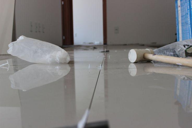 Como assentar piso sobre piso sem uso de argamassa especial, faça você m...