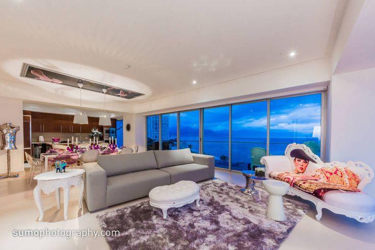 Frente al mar de la Bahía de Banderas, los profesionales de Marusa Albarrán Interior Design bajo la batuta de María Eugenia Albarrán, han diseñado y decorado una serie de apartamentos icónicos en Torre 3, y que han denominado por lo mismo Icon Vallarta Condominio.