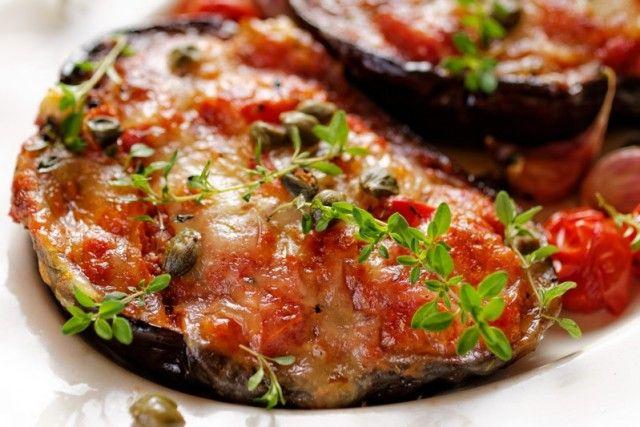 Le melanzane ripiene alla parmigiana sono un secondo piatto originale che si rifà ad uno dei piatti più amati della cucina italiana. Ecco la ricetta