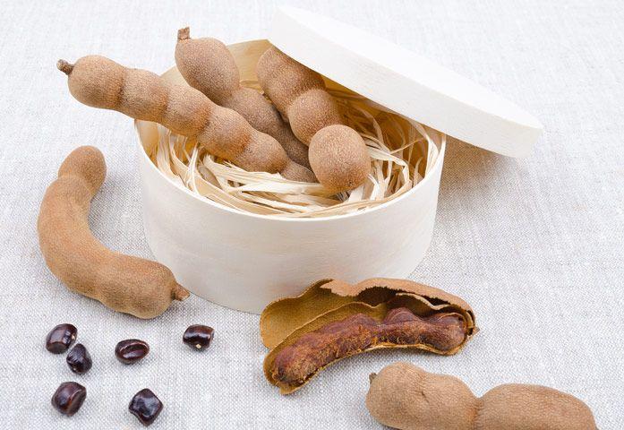 Сегодня мы расскажем вам об очередном чудо-продукте, который вы можете найти на Филиппинах! 😋  🌴  Тамаринд, или Индийский финик ― это экзотический фрукт семейства бобовых. Внешне он напоминает тот же боб, только коричневого цвета. Под корочкой содержится волокнистая, липкая, коричневая, кисло-сладкая мякоть с крупными семенами. Если тамаринд незрелый, то у него очень кислая мякоть. Если плод тамаринда зрелый, то его мякоть очень вкусная и сладкая.   Мякоть плодов этого растения используют…