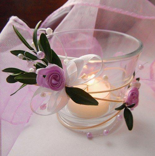"""Svícínek na čajovou svíčku 2 Skleněný svícínek """"ve svatebním"""" ve fialkovo bílé barvě z cyklu """"Motýlí svatba"""". Dodáváme včetně vonné čajové svíčky. Krásná dekorace Vašeho slavnostního stolu."""