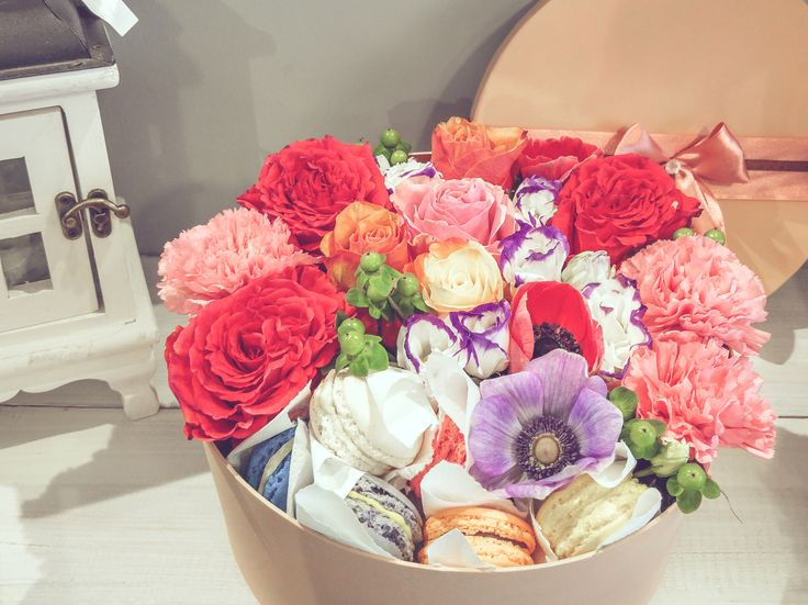 Flower box with macarons | Virágdobozok | Pinterest ...