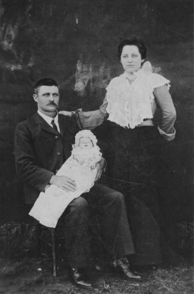 Gert-van-Rensburg-en-gesin  Clothing worn at time of Boer War https://grahamwatkinsauthor.wordpress.com/2015/03/13/a-white-mans-war-coming-soon/