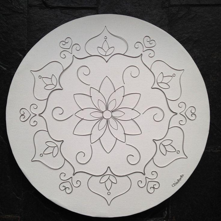 """Mandala desenhada em arame de alumínio sobre tela redonda de 50cm diâmetro. Linda e delicada opção para decorar salas, consultórios, ambientes e espaços """"zen"""". Essa é uma """"Mandala Base numérica 6"""" e está simbolicamente ligada ao amor, à família e à beleza. Estimula a conciliação, decisão e pa..."""
