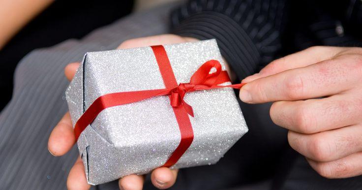 """Regalos de broma caseros para un """"hillbilly"""". Los regalos de broma caseros para """"hillbilly"""" (campesino de la montaña) son perfectos para la persona que lo tiene todo. También son buenos regalos para la persona que dice que no quiere celebrar su cumpleaños. Los regalos de broma pueden ser elementos prácticos que la persona puede utilizar, por ejemplo un tubo de Preparación H u otros artículos ..."""