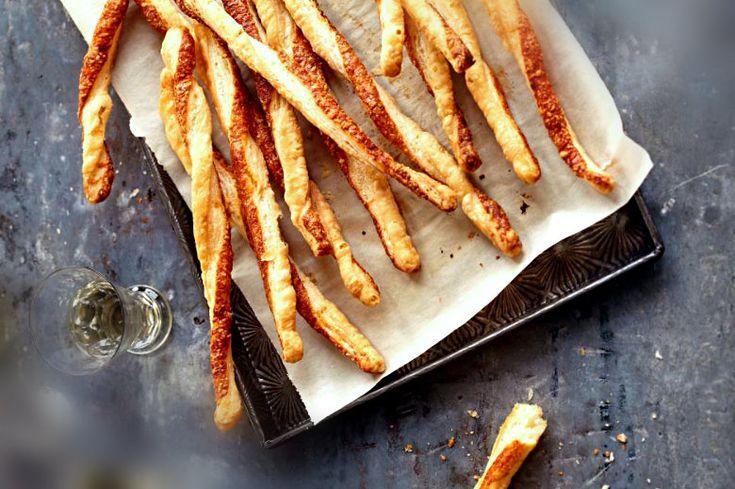 ΚΡΙΤΣΙΝΙΑ ΠΑΡΜΕΖΑΝΑΣ  Το σνακ που θα αγαπήσουν μικροί αλλά και μεγάλοι. Εύκολο, γρήγορο με 4 βασικά υλικά μόνο, σε μισή ώρα στο πιάτο σας. Σπιτικά κριτσίνια παρμεζάνας με πάπρικα.
