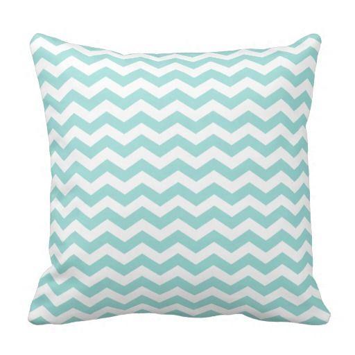 Esta almohada de tiro con monograma azul de la aguamarina ligera elegante tiene un modelo moderno de la raya del zigzag del galón y la letra de su opción. ¡Añada un tacto de moda a su hogar con esta almohada linda del lanzamiento!