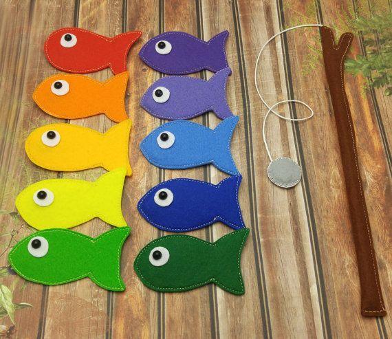 Tale un incantevole arcobaleno pesca set!  ✿ Rainbow sentivo magnetico pesca gioco set comprende:  -10 pesci arcobaleno variopinto -Canna da pesca con gancio di pesca magnetica grigio + Bonus - borsa per la conservazione =)  ❀ Ogni pesce feltro ha un cuore - magnete interno =) Si può imparare colori con tali pesci, contarli o semplicemente divertirsi con il vostro bambino! )  -Pesci sono quasi 7 x 4 cm (2,8 x 1.6) -Canna da pesca è quasi 24 cm (9,9) di lunghezza   Consigliato dai 3 ...