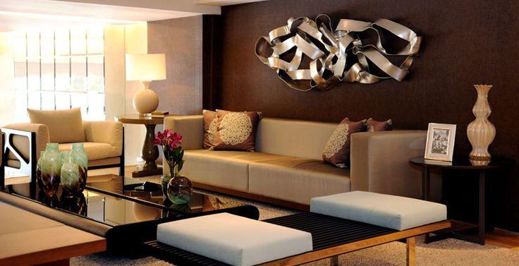 """Inspire-se em<a href=""""http://bbel.com.br/decoracao/post/bbel-viu-e-gostou/ambientes-com-parede-marrom"""">ambientes com parede marrom</a>. <br><br>Atemporal tanto na decoração como na moda, o marrom significa estabilidade, cautela, segurança e fertilidade. Considerada clássica pelos profissionais da área de decoração, seu uso cria ambientes de personalidade, acolhedores e sempre elegantes.<br><br>É uma cor relacionada a estações mais frias, <strong>aquece e torna o ambiente nobre, sofisti..."""