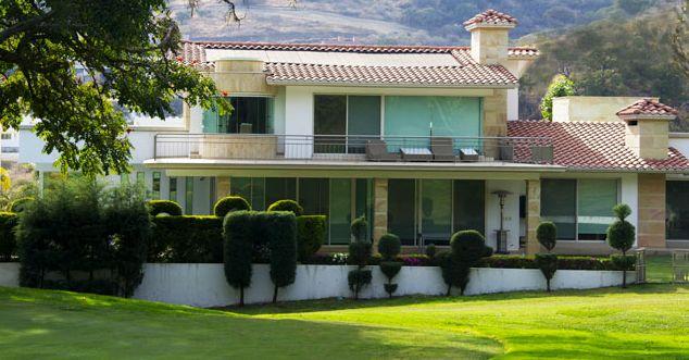 El periódico estadounidense The Wall Street Journal reveló que el presidente Enrique Peña Nieto compró en 2005 una casavaluada en372mildólares en un club de golf ubicado en Ixtapan de la Sal, a un empresario que después ganó más de 100 millones de dólares en contratos de obras públicas en el Estado de México, durante el …