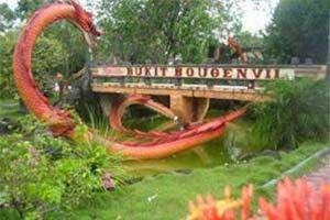Jual Tiket Pesawat: Taman Bukit Bougenville Pontianak Indonesia  Singkawang ternyata memiliki sebuah taman yang cukup dikenal yaitu Taman Bukit Bougenville. Taman bunga ini terletak di Desa Sijangkung, berjarak kurang lebih 6 km atau 15 menit perjalanan dari Kota Singkawang. Taman ini berlokasi di sebuah kaki bukit yang berlatar belakang Gunung Pasi dan dikelilingi areal hutan dan perkebunan yang tentunya menjadikan kawasan ini menjadi sangat asri dan sejuk.