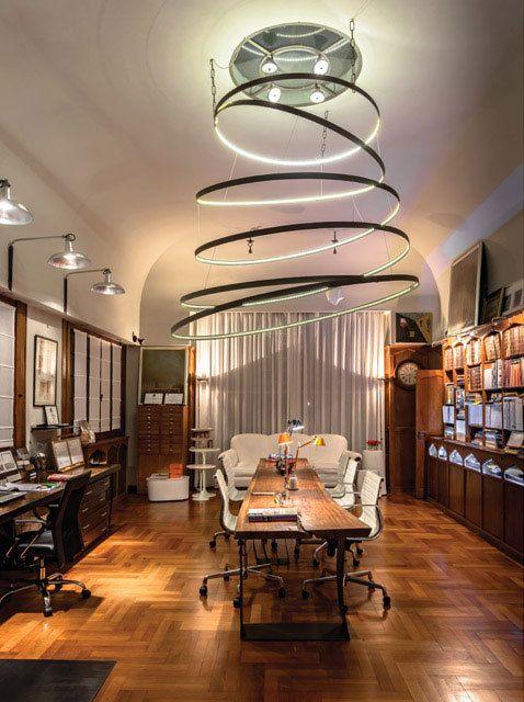 La estrella del proyecto de iluminación en la oficina de la arquitecta Mónica Schuvaks: una imponente luminaria central de hierro con cintas de LED. Parte del #DossierIluminación de Revista Living de 2015. Foto: Daniel Karp.