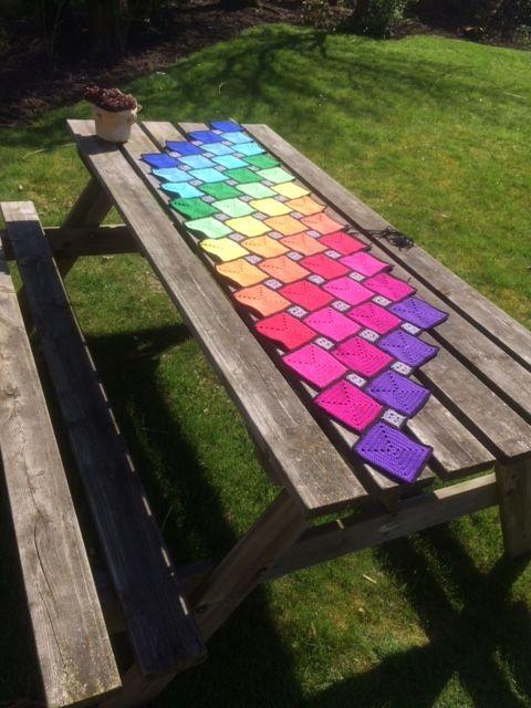 Gehaakt kleed Regenboog na eigen ontwerp op excel; met eigenwijze randen, leuk op picknick tafel.