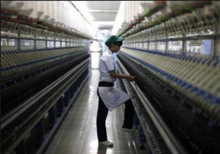 Akibat Ekspansi Tekstil Cina Pabrik-pabrik Spinning Indonesia Tutup.  KONFRONTASI - Setelah EID Al-Fitr Holiday banyak pabrik pemintalan di Indonesia tutup.  1. Pasific Texindo di Tangerang 90.000 spindle 2.500 pekerja dipecat/PHK. Secara resmi ditutup.  2. Unilon di Bandung 70.000 spindle resmi ditutup.  3. Dhanar Mas 250.000 spindle ditutup sementara sejak 28 Mei 2017 dan pekerja belum mendapatkan gaji dan tunjangan hari raya.  4. Ricky Putra Globalindo 70.000 spindle berjalan 3 hari dan…