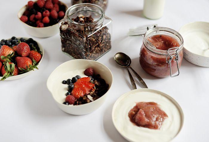 Lemon & Vanilla: Chocolate granola and Rhubarb & vanilla compote / Granola de chocolate e Compota de ruibarbo e baunilha.