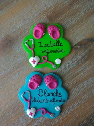 Badge en fimo réalisé sur demande pour infirmier et  élève infirmière... : badge en forme de fleur avec crocs et stéthoscope fond vert et bleu turquoise , personnalisé avec  - 17487018